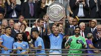 Bek Manchester City, Nicolas Otamendi mengangkat trofi Community Shield 2019 usai pertandingan melawan Liverpool di stadion Wembley, London, Inggris (4/8/2019). Manchester City menang adu penalti atas Liverpool 4-5 (1-1). (AP Photo/Kirsty Wigglesworth)