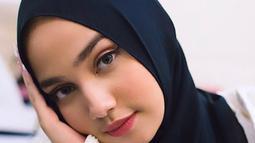 Karena kesibukannya, Gadis kelahiran 13 Juli ini mengaku bahwa dirinya menjadi jarang untuk bermain social media. Syifa mengatakan bahwa hal tersebut membawa dampak positif  bagi dirinya, dimana dapat semakin mempererat hubungannya bersama keluarga di bulan suci ini (Liputan6.com/IG/syifahadjureal)