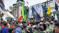 Mahasiswa dari beberapa universitas di Indonesia menggeruduk Gedung DPR RI. (Liputan6.com/Yopi Makdori)