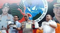 Polda Metro Jaya membongkar pabrik rumahan kosmetik ilegal yang beroperasi di Tapos, Kota Depok. (Liputan6.com/ Ady Anugrahadi)