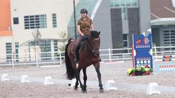 Saat berada di area berkuda, Nabila tampak menikmati waktunya bersama hewan kesayangannya tersebut. Berada diatas punggung si kuda, Nabila tetap terlihat cantik dengan kaos sederhana lengkap dengan helm pelindung.  (Liputan6.com/IG/@nsyakieb85)