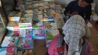 Sejumlah buku pelajaran bersiap didistribusikan kepada seluruh siswa di Garut (Liputan6.com/Jayadi Supriadin)