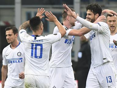 Selebrasi pemain Inter Milan atas gol Ranocchia pada leg 2, babak 16 besar Liga Europa yang berlangsung di stadion Giuseppe Meazza, Milan, Jumat (22/2). Inter Milan menang 4-0 atas rapid Wien. (AFP/Miguel Medina)