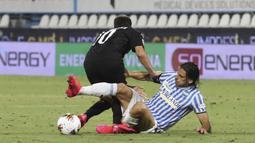 Pemain SPAL Sergio Floccari (kanan) berebut bola dengan pemain AC Milan Hakan Calhanoglu pada pertandingan Serie A di Stadion Paolo Mazza, Ferrara, Italia, Rabu (1/7/2020). Pertandingan berakhir dengan skor 2-2. (Filippo Rubin/LaPresse via AP)