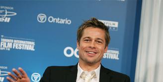 Aktor tampan Brad Pitt tak pernah sirna menjadi sorotan publik, terlebih saat perceraiannya dengan Angelina Jolie juga ramai dibicarakan. Kini, kabar terbaru setelah bercerai kehidupan Pitt nampak menjadi lebih baik. (AFP/Bintang.com)