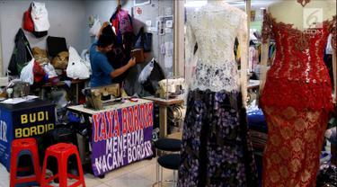 Suasana saat penjahit melakukan aktivitasnya di Pasar Mayestik, Jakarta Selatan, Senin (11/6). Para penjahit mengaku kebanjiran order sejak pertengahan Ramadan hingga jelang Lebaran. (Liputan6.com/JohanTallo)