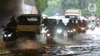Sejumlah kendaraan melewati banjir yang merendam terowongan di Cawang, Jakarta, Jumat (19/2/2021). Hujan yang turun sejak semalam membuat sejumlah jalanan di Ibu Kota tergenang banjir dengan ketinggian sekitar 30-50 cm. (merdeka.com/Imam Buhori)