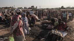 Aktivitas warga di pasar lokal Kota Asosa, Ethiopia, Rabu (25/12/2019). (EDUARDO SOTERAS/AFP)