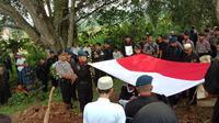 Pemakaman Muhamad Saepul Muhdori, anggota Satgas Tinombala IV di Pandeglang, Banten, Sabtu (14/12/2019). (LIputan6.com/ Yandhi Deslatama).