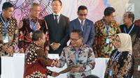 Kepala Eksekutif Pengawas Pasar Modal OJK Hoesen menyalami Dirut Bank Mandiri Kartika Wirjoatmodjo usai penandatanganan KIK DINFRA yang diterbitkan Mandiri Sekuritas dalam IIF 2018 di Nusa Dua, Bali, Kamis (11/10).  (Liputan6.com/Angga Yuniar)