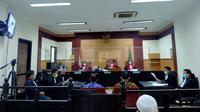 Sidang perdana kasus penyelundupan onderdil moge Harley Davidson dan sepeda Brompton dengan terdakwa eks Dirut Garuda Indonesia, Ari Askhara. (Liputan6.com/Pramita Tristiawati)