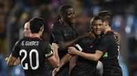 Para pemain Portugal merayakan gol ke gawang Luksemburg pada laga persahabatan di Stade Josy Barthel, Luksemburg, Rabu (18/11/2015) dini hari WIB. (AFP PHOTO / John Thys)