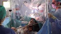 Pebiola Dagmar Turner bermain biola saat menjalani operasi pengangkatan tumor dari kepalanya.