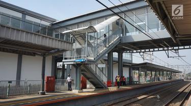 Suasana sekitar jembatan penghubung atau Skybridge Stasiun Batu Ceper, Tangerang, Banten, Kamis (18/7/2019). Skybridge Stasiun Batu Ceper menghubungkan peron 1 dan 2 (KA Bandara) menuju peron 3 dan 4 (KRL Commuterline). (Liputan6.com/Immanuel Antonius)
