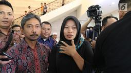 Terpidana kasus pelanggaran UU ITE, Baiq Nuril Maknun didampingi tim kuasa hukumnya mendatangi Kantor Staf Presiden di Kompleks Istana Kepresidenan, Senin (15/7/2019). Kedatangan Baiq Nuril untuk menyerahkan surat pengajuan amnesti ke Presiden Joko Widodo (Jokowi). (Liputan6.com/Angga Yuniar)