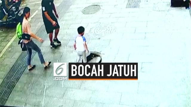 Seorang anak laki-laki berusia 3 tahun jatuh ke lubang trotoar di Kota Zunyi, China. Beruntung, ia hanya mengalami luka ringan.