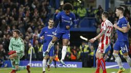 Pemain Chelsea, Willian (tengah) merayakan golnya ke gawang Stoke pada lanjutan Premier League di Stamford Bridge, London (30/12/2017). Chelsea menang 5-0. (AFP/Ian Kington)