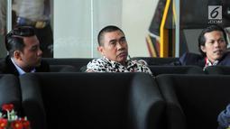 Wali Kota Malang yang juga calon incumbent Wali Kota Malang, Mochamad Anton (tengah) menunggu panggilan penyidik untuk menjalani pemeriksaan perdana pasca penetapan sebagai tersangka di gedung KPK, Jakarta, Selasa (27/3). (Merdeka.com/Dwi Narwoko)