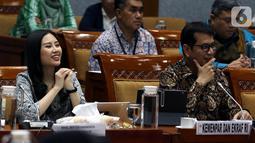 Menteri Pariwisata dan Ekonomi Kreatif Wishnutama Kusubandio (kanan) dan Wakil Menteri Angela Tanoesoedibjo (kiri) rapat kerja dengan Komisi X DPR di Kompleks Parlemen, Jakarta, Kamis (7/11/2019). Rapat membahas program kerja Kementerian Pariwisata dan Ekonomi Kreatif. (Liputan6.com/JohanTallo)
