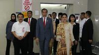 Presiden Jokowi dan rombongan saat menjenguk Wali Kota Risma di RSUD Dr Soetomo.