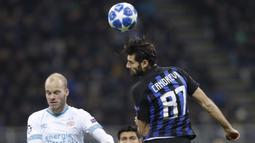 Gelandang Inter Milan, Antonio Candreva, duel udara dengan pemain PSV Eindhoven, Jorrit Hendrix, pada laga Liga Champions di Stadion San Siro, Italia, Selasa (11/12). Kedua tim bermain imbang 1-1. (AP/Luca Bruno)