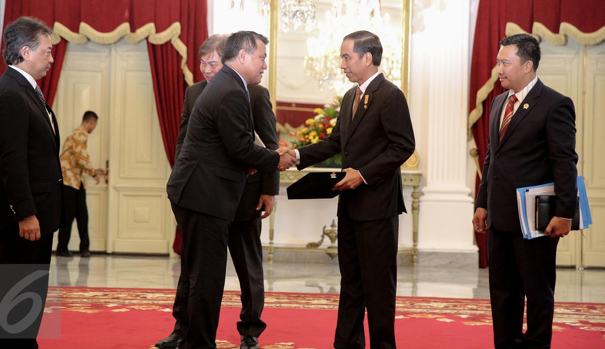 Presiden Joko Widodo menerima delegasi Federasi Sepakbola Internasional atau Federation of International Football Association (FIFA) dan Asia Football Confederation (AFC) di Istana Merdeka, Jakarta, Senin (2/11/2015). (Liputan6.com/Faizal Fanani)