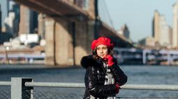 Saat liburan di New York, gaya penampilan Nasya Marcella sangat memesona. Ia memakai jaket warna hitam yang dipadu padankan dengan warna merah dari topi dan sarung tangan yang ia pakai. Gaya penampilannya ini banjir pujian netizen. (Liputan6.com/IG/@nasyamarcella)