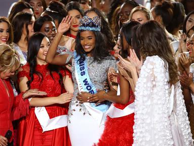 Miss Jamaika, Toni-Ann Singh mendapatkan ucapan selamat dari kontestan lain seusai terpilih menjadi Miss World 2019 pada grand final di ExCeL, London, Sabtu (14/12/2019). Toni-Ann, 23, akan menggantikan tugas Miss World 2018 Vanessa Ponce untuk setahun ke depan. (Joel C Ryan/Invision/AP)