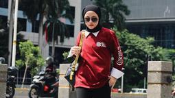 Menggunakan baju sweater berkerah, wanita berhijab ini semakin menawan dengan hijab pashmina yang diikat ke belakang. Gayangnya semakin trendi dengan kacamata hitam dan slingbag yg eye catching.(Liputan6.com/IG/@nissa_sabyan)
