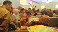 Ibu negara Iriana Joko Widodo saat menyambangi salah satu UMKM dengan kerajinan kain khas daerah.