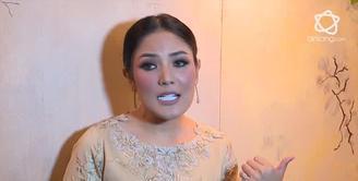 Nindy Ayunda menyebutkan fashion piyama sah-sah saja untuk digunakan ke pesta.