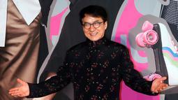 Aktor Hong Kong Jackie Chan berpose di karpet merah Hong Kong Film Awards di Hong Kong, (15/4). Hong Kong Film Awards digelar untuk yang ke 37 kalinya dan diberikan kepada insan perfilman. (AP Photo / Vincent Yu)