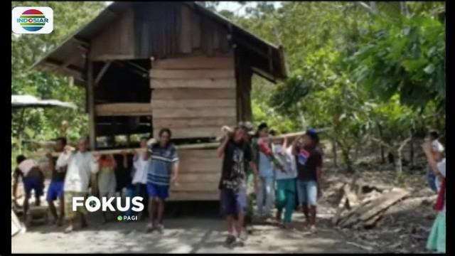 Warga Desa Bakubakulu di Kabupaten Sigi, Sulawesi Tengah, memiliki tradisi unik. Salah satu tradisi yang masih terjaga adalah gotong royong memindahkan rumah.