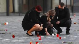 Orang-orang memberi hormat kepada korban pandemi COVID-19 di Alun-Alun Kota Tua, Praha, Republik Ceko, Senin (29/3/2021). Pandemi COVID-19 menimbulkan penderitaan yang luar biasa di seluruh Eropa tengah, termasuk Republik Ceko dan Slovakia. (AP Photo/Petr David Josek)
