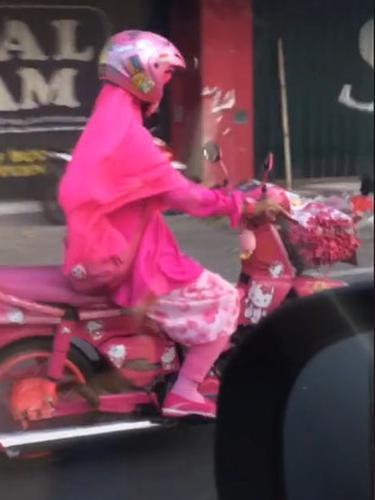 Viral Emak-Emak Naik Motor Serba Pink, Aksinya Curi Perhatian