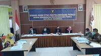 DKPP memeriksa anggota Bawaslu Sragen dalam sidang pemeriksaan dugaan pelanggaran kode etik di Kantor KPU Solo, Jumat (18/9).(Liputan6.com/Fajar Abrori)