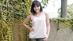 Meski terlihat sederhana, akan tetapi penampilan Gisel tetap terlihat manis. Ia pun beberapa kali menggunakan busana berwarna putih tanpa lengan dan dipadukan dengan sebuah celana kain berwarna gelap ataupun denim. (Liputan6.com/IG/@gisel_la)
