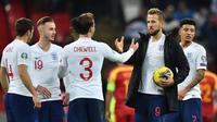 Striker Inggris Harry Kane (kedua kanan) membawa bola merayakan kemenangan bersama rekan-rekannya usai pertandingan melawan Montenegro pada A Kualifikasi Piala Eropa 2020 di Stadion Wembley di London (14/11/2019). Kane mencetak 3 gol dan mengantar Inggris menang telak 7-0. (AFP/Glyn Kirk)