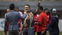 Ketum The Jakmania, Ferry Indra Syarif, bernyanyi sebelum Persija menghadapi Borneo FC pada laga Liga 1 di Stadion Patriot Bekasi, Jawa Barat, Minggu (16/7/2017). Persija menang 1-0 atas Borneo FC. (Bola.com/Vitalis Yogi Trisna)