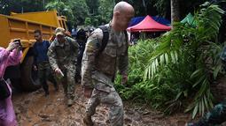 Personel militer AS tiba di Taman Hutan Non Khun Nam Nang dekat gua Than Luang di provinsi Chiang Rai (28/6). Tim penyelamat berjuang menyelamatkan anak-anak 11-16 tahun dan pelatih mereka telah terjebak sejak 23 Juni. (AFP Photo/Lillian Suwanrumpha)