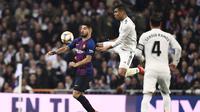 Duel antara Luis Suarez dan Casemiro pada laga semfinal Copa Del Rey yang berlangsung di stadion Santiago Bernabeu, Madrid, Kamis (28/2). Barcelona menang 3-0 atas Real Madrid. (AFP/Oscar Del Pozo)