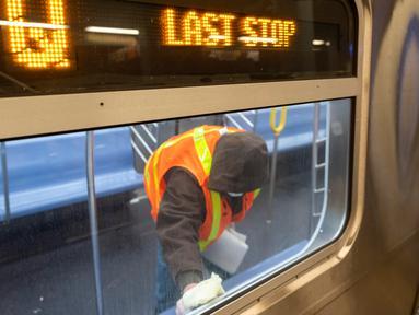 Pekerja otoritas transportasi kota New York membersihkan gerbong kereta bawah tanah di stasiun Coney Island di Brooklyn, Rabu (6/5/2020). Untuk pertama kalinya, sistem kereta bawah tanah New York dimatikan sementara agar dapat dibersihkan untuk menghentikan penyebaran virus corona (COREY SIPKIN/AFP)
