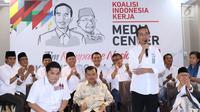 Bakal Calon Presiden petahana, Joko Widodo (berdiri) mengumumkan penetapan Ketua Dewan Pengarah Tim Kampanye, Jusuf Kalla (kedua kiri depan) dan Ketua Tim Kampanye Nasional, Erick Thohir di Jakarta, Jumat (7/9). (Liputan6.com/Helmi Fithriansyah)