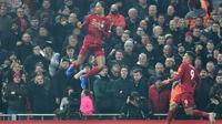 Bek Liverpool, Virgil van Dijk, merayakan gol yang dicetaknya ke gawang Manchester United pada laga Premier League di Stadion Anfield, Liverpool, Minggu (19/1). Liverpool menang 2-0 atas MU. (AFP/Paul Ellis)