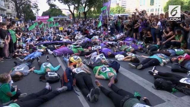 Warga Argentina melakukan protes terhadap putusan pengadilan tentang kasus pelecehan seksual.