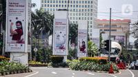 Baliho sosialisasi manfaat vaksinasi terpampang di Jalan Asia Afrika, Senayan, Jakarta, Sabtu (28/11/2020). Presiden Joko Widodo atau Jokowi memperkirakan pemberian vaksin COVID-19 dapat dilakukan pada akhir Desember 2020 atau awal Januari 2021. (Liputan6.com/Faizal Fanani)