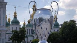 Replika trofi Liga Champions menghiasi kota Kiev, Ukraina, Selasa (22/5/2018). Kiev menjadi tuan rumah final Liga Champions 2018 antara Real Madrid kontra Liverpool. (AP/Efrem Lukatsky)