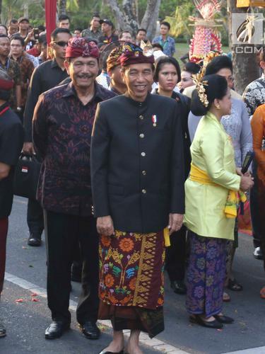 Kenakan Pakaian Adat, Jokowi  Buka Karnaval Budaya Bali