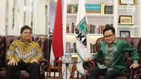 Ketum Partai Golkar Airlangga Hartarto (kiri) bersama Ketum PKB Muhaimin Iskandar atau Cak Imin saat silaturahmi ke DPP PKB di Jakarta, Rabu (4/7). Pertemuan membahas koalisi partai pendukung Jokowi di Pilpres 2019. (Liputan6.com/Herman Zakharia)