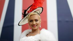Lana Holloway dari London berpose dengan hiasan kepala di hari pertama ajang pacuan kuda Royal Ascot, Inggris, Selasa (19/6). Seperti biasanya, topi-topi cantik dan unik menjadi properti wajib bagi para bangsawan wanita yang hadir. (AP/Tim Ireland)